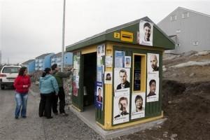 Агитационные плакаты на автобусной остановке в городе Нуук