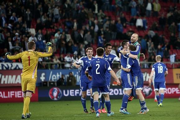 Сборная Фарерских островов после победы над сборной Греции