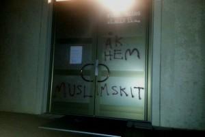 Оскорбительные надписи на двери шведской мечети