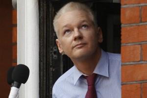 Джулиан Ассанж скрывается в посольстве Эквадора более двух лет