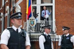 Джулин Ассанж на балконе эквадорского посольства в Лондоне