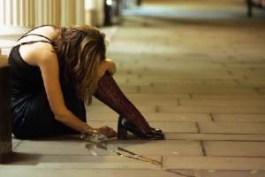 Нетрезвая женщина на лондонской улице
