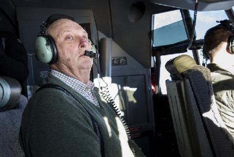 Король Харальд в кабине самолета на пути в Антарктиду