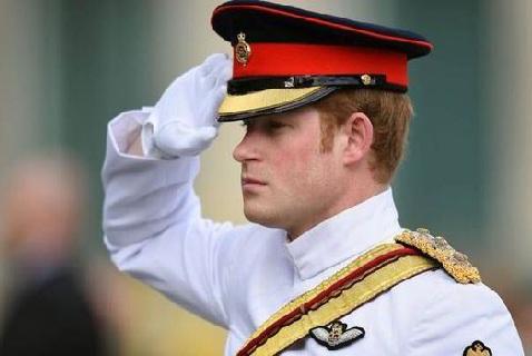 Принц Гарри во время минуты молчания у Mонумента победы в Освободительной войне. Эстония, 2014 год