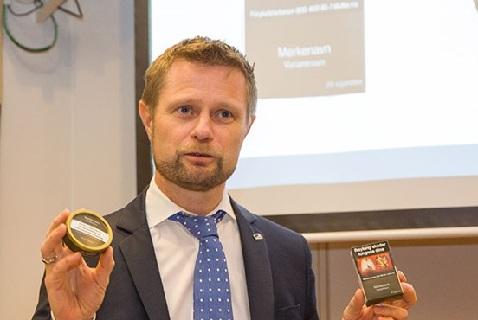 Министр здравоохранения Норвегии Бент Хёйе презентует образцы упаковки табачных изделий