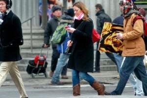 Женщина с мобильным телефоном на улице