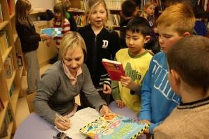 Финский учитель в окружении учеников