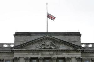 Приспущенный флаг Великобритании. Букингемский дворец, смерть Маргарет Тэтчер, 2013 год