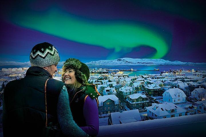 Это настоящая фотография на фоне северного сияния