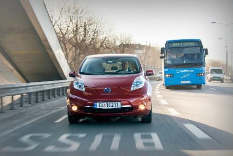 Электромобиль Nissan LEAF на выделенной для автобусов полосе в Осло