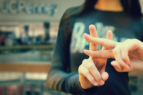 Символ хештега на пальцах