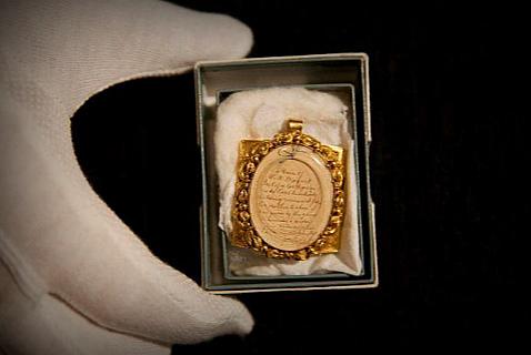 Медальон с прядью волос Моцарта