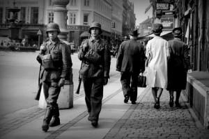 Немецкие солдаты на улицах Копенгагена в день, когда в стране было объявлено военное положение