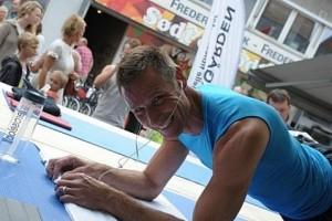 Том Ноел во время установления мирового рекорда по планкингу
