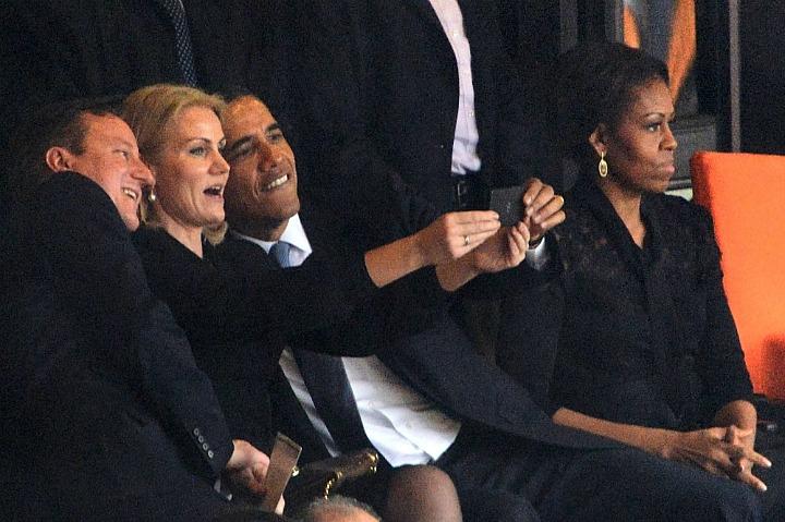 Селфи Хелле Торнинг-Шмидт с Бараком Обамой и Дэвидом Кэмероном