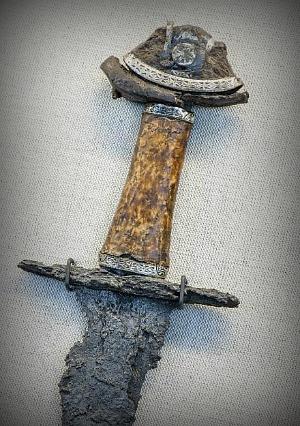 Меч с англо-саксонской серебряной инкрустацией, найденный в мужской могиле на территории коммуны Стейнхьер