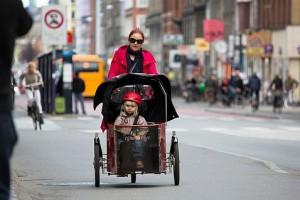 Этому юному датчанину еще рано самому ездить на велосипеде по городским улицам