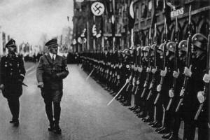 Адольф Гитлер перед войсками СС
