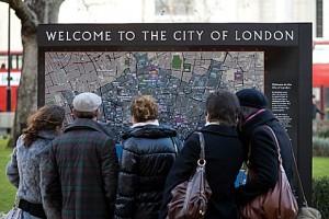 Туристы осматривают карту Лондона