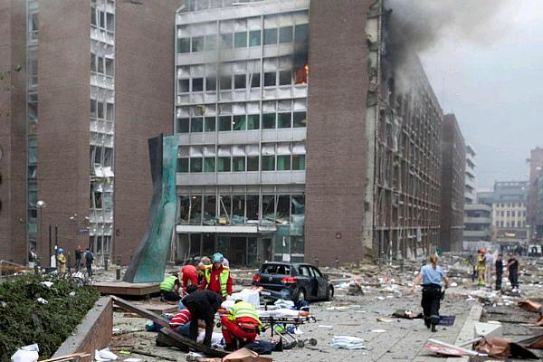 После взрыва припаркованного Брейвиком автомобиля возле здания правительства в Осло 22 июля 2011 г. (фото)