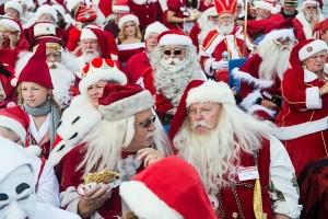 Санта-Клаусы на летнем параде в Копенгагене (фото)
