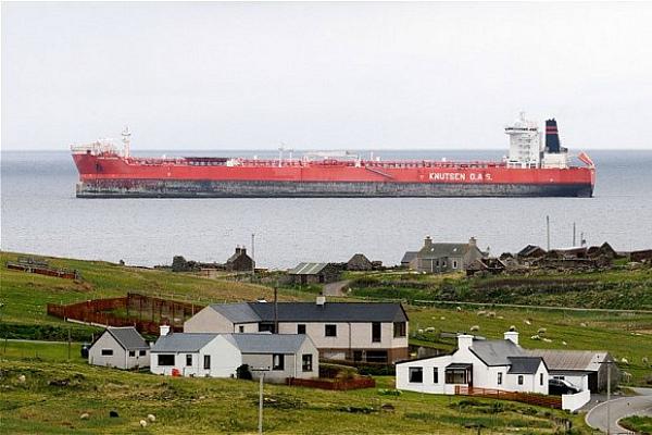 Нефтяной танкер в Северной Атлантике (фото)