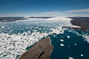 Айсберги, отколовшиеся от ледника Jakobshavn на западе Гренландии