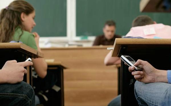 90% британских школьников имеют мобильные телефоны