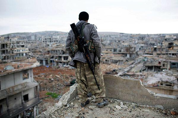 Сирийский снайпер-курд на развалинах Айн-эль-Араба