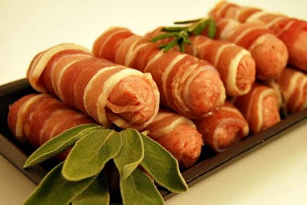 Бекон и сосиски — опасные по мнению ВОЗ для здоровья мясные деликатесы