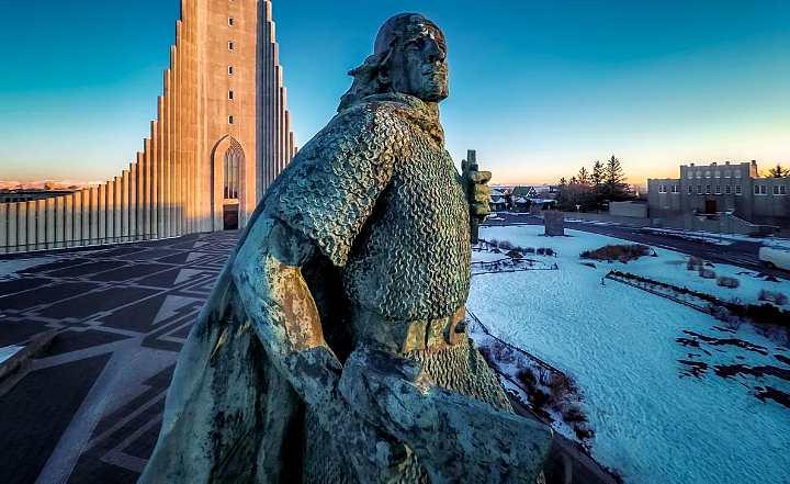 Статуя исландского викинга Лейфа Эриксона, достигшего Америки за 500 лет до Колумба, охраняет Церковь Хатльгримскиркья в Рейкьявике