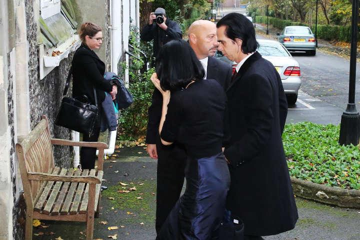 Прибытие Ника Кейва и его жены Сьюзи Бик на опознание тела сына