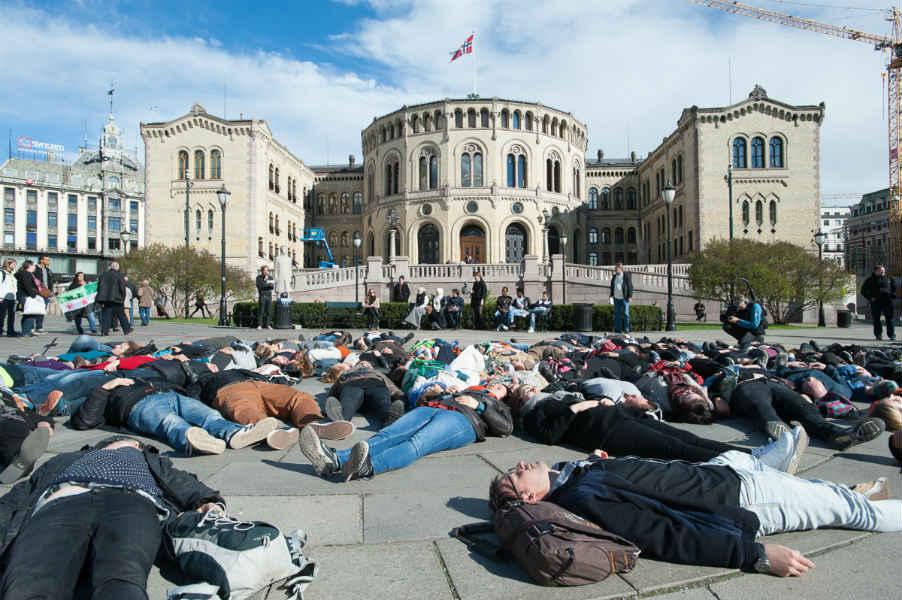 Акция против помощи беженцам у здания норвежского парламента в Осло