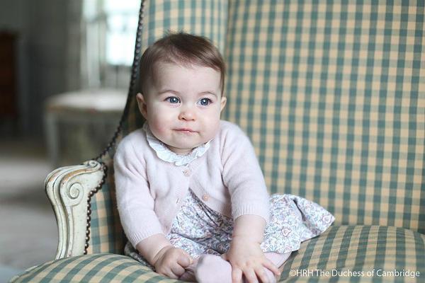 Принцесса Шарлотта Элизабет Диана Кембриджская шести месяцев от роду