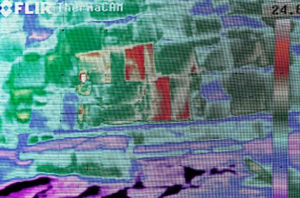 На кадре с инфракрасной камеры видны более теплые блоки внутри пирамид