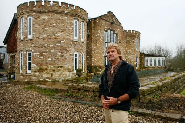 Роберт Фишер на фоне своего личного замка