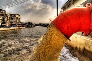 Сброс сточных вод в реку