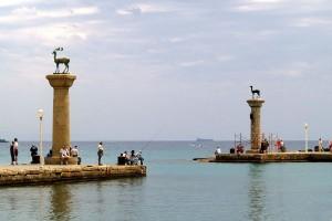 «Ворота» порта Родоса, где будет установлен новый Колосс