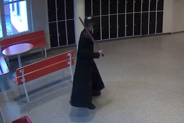 Вооруженный мечом Антон Петтерсон во время своего нападения на школу в Тролльхеттане