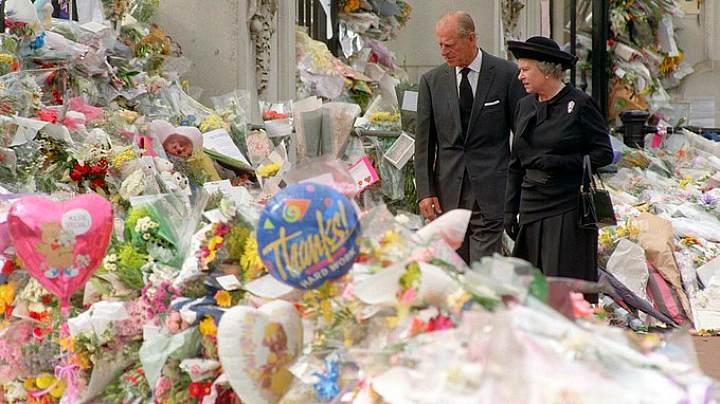 Королева Елизавета II и герцог Эдинбургский возлагают цветы в память принцессы Дианы у Букингемского дворца