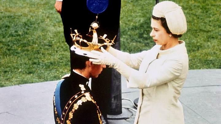 Королева Елизавета II возлагает голову сына венец принца Уэльского (1969 г.)