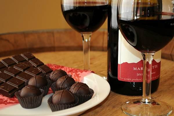Вино, конфеты и шоколадка