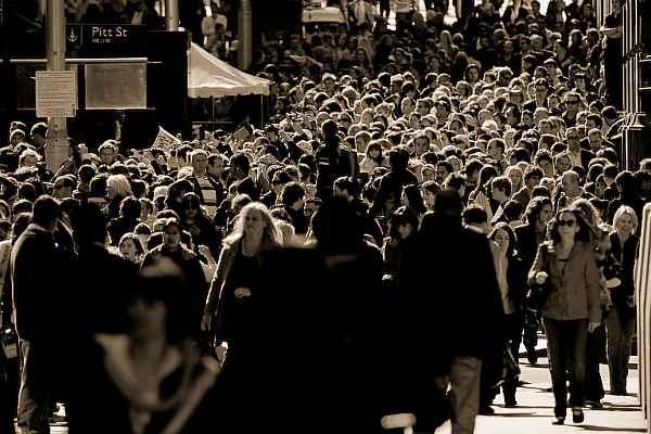 Толпа людей на улице