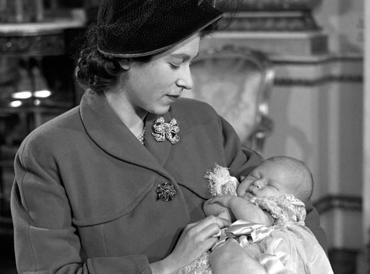 Принцесса Елизавета со старшим сыном, принцем Чарльзом (1948 г.)