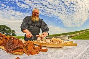 Викинг режет хлеб
