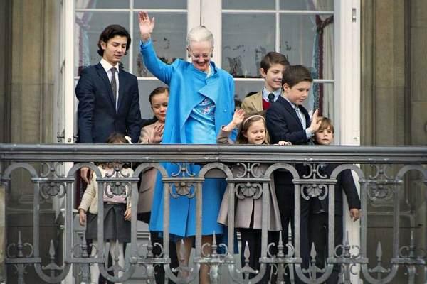 Королева Дании Маргрете II со внуками