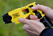 Шведские полицейские получат электрошоковое оружие «Тазер»